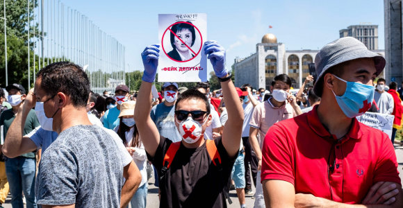 Kirgizijoje šimtai žmonių protestavo prieš įstatymo projektą dėl dezinformacijos