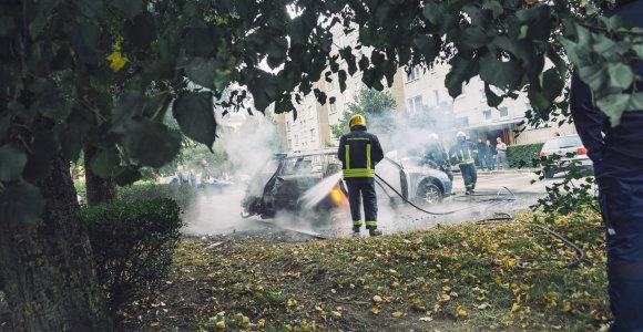 Kaune padegtas automobilis, sulaikytas neblaivus įtariamasis