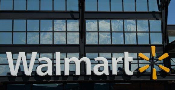 """JAV prekybos tinklas """"Walmart"""" pašalins ginklus iš prekybos salių dėl pilietinių neramumų grėsmės"""