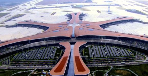 Pekine KLR įkūrimo 70-ųjų metinių išvakarėse atidarytas naujas futuristinis oro uostas