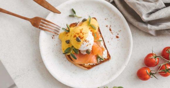 """Pusryčiams – 3 skrebučių receptai: su kiaušiniais """"debesyje"""", su lašiša ir amerikietiški"""