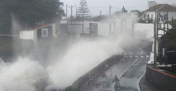 Antroskategorijos uraganas Atlante esančiose Azorų salose vartė medžius ir stulpus