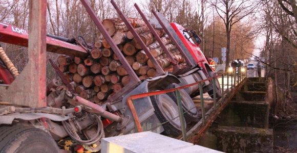 Panevėžio rajone neatlaikęs miškavežio svorio lūžo tiltas per Nevėžį