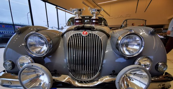 """Kuo ypatingas """"Jaguar XK150"""", su kuriuo Karolis Raišys sublizgėjo istoriniame Monte Karlo ralyje"""
