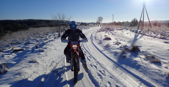 Atskleidė, kodėl pradėti važiuoti motociklu verta būtent žiemą