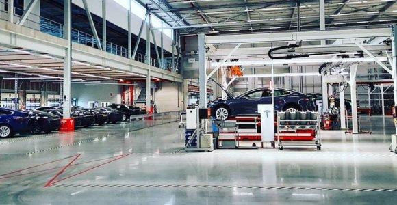 """""""Tesla"""" darbuotojai prisipažino: """"Mes naudojame izoliacinę juostą, norėdami sutvarkyti Model 3 automobilius"""" – kai kuriuose automobiliuose trūksta varžtų, veržlių ir kitų detalių"""