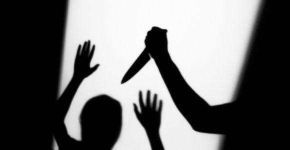 Sostinėje siautėjo peiliu ginkluotas paauglys: primušė merginą, dūrė jaunuoliui