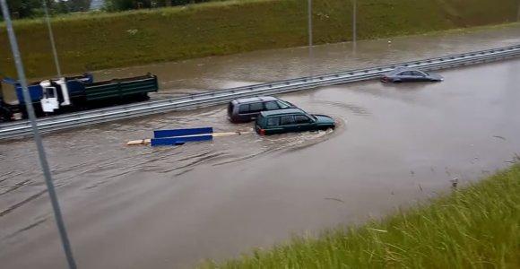 """Upe virtęs aplinkkelis """"Subaru Forester"""" – ne kliūtis: lentas nuvežti svarbiau"""
