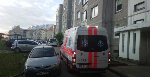 Vilniuje daugiabučio kieme automobilis pervažiavo vyrui kojas