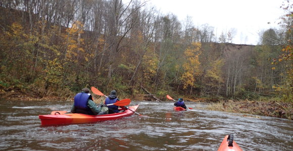 Dar smagiau: lietingą rudenį – baidarėmis Akmenos upe