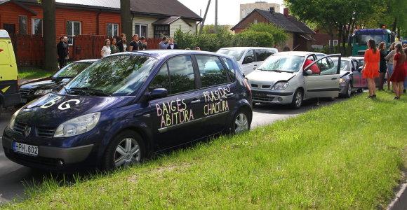 Abiturientų pasivažinėjimas Panevėžio gatvėmis baigėsi keturių automobilių avarija