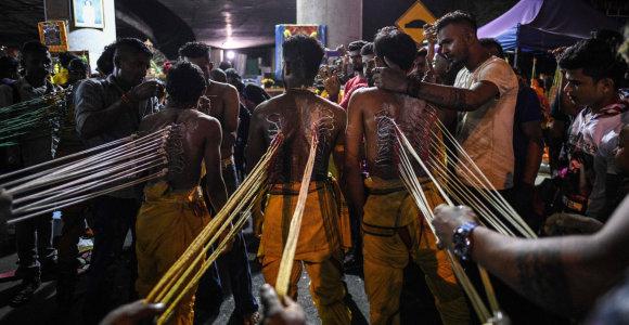 Malaizijoje hinduistai rinkosi į kasmetinį festivalį, nepaisydami nerimo dėl viruso