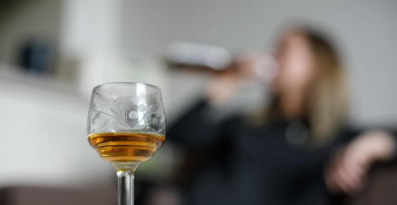 """Kada """"saikingas"""" alkoholio vartojimas virsta priklausomybe ir gali sukelti vėžį?"""