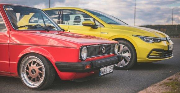 """Aštuntos kartos """"VW Golf"""" susitiko savo prosenelį: kas pasikeitė per 50 metų?"""