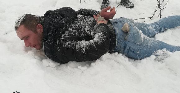 Sostinėje sulaikytas jaunas įžūlus plėšikas: poelgius apmąstė gulėdamas veidu į sniegą
