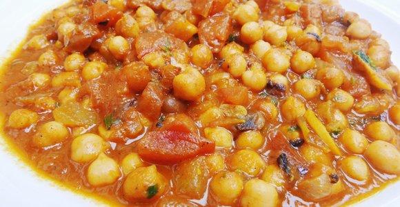 Pietūs viename puode: orkaitėje troškinti avinžirniai su pomidorais ir prieskoniais