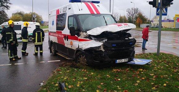 Avarija Klaipėdoje: autobusiukas nepraleido nėščiąją vežusios greitosios