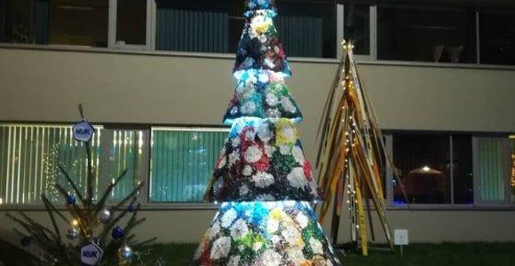 Unikali švenčių puošmena: Klaipėdoje – kalėdinė eglutė iš tūkstančių sagų