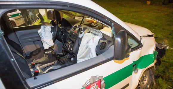 Rokiškyje policijos automobilis pateko į avariją, sužalotas pareigūnas