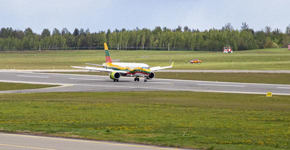 Vilniuje nusileido lietuviška trispalve nudažytas lėktuvas