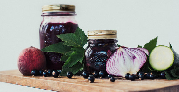 Prasideda stiklainių pildymo metas: receptai žiemai su juodaisiais serbentais