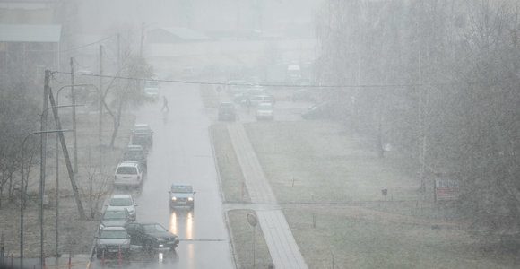 Įspėjimas vairuotojams: eismo sąlygas sunkina rūkas