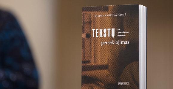 """Knygos recenzija. Juokas, socialumas ir žanro problemos G.Radvilavičiūtės """"Tekstų persekiojime"""""""