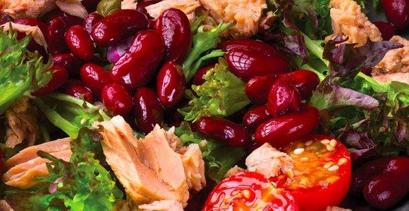 Žalios salotos su raudonosiomis pupelėmis, tunais ir sezamo sėklomis