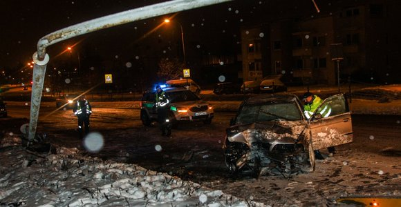 Girtas jaunimas Vilniuje išvertė stulpą ir sudaužė įmonės BMW – nė vienas neprisipažino vairavęs