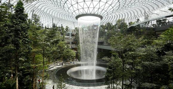 Geriausiame pasaulio oro uoste atidarytas aukščiausias pasaulyje patalpoje esantis krioklys