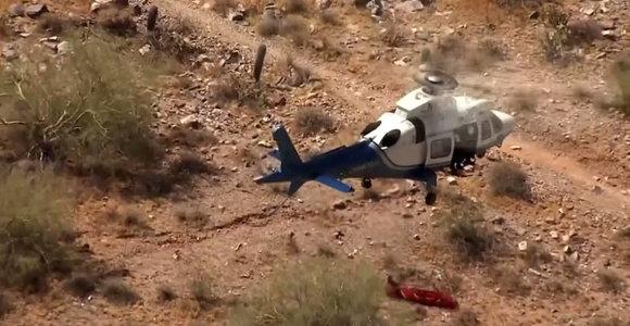 Svaiginanti gelbėjimo operacija: sraigtasparniu ore gabenama moteris sukosi lyg vėjo malūnas