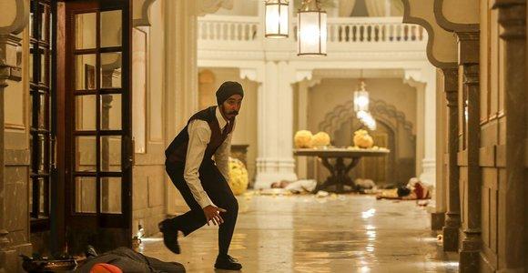 """Į kino teatrus atkeliauja pasaulio kritikų liaupsinamas """"Mumbajaus viešbutis"""""""