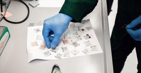 KTU sukurtos medžiagos padėjo pasiekti rekordinį tandeminių saulės elementų efektyvumą