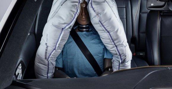 """""""Mercedes-Benz"""" sukurti patobulinimai: pristatė naujo tipo oro pagalvių"""