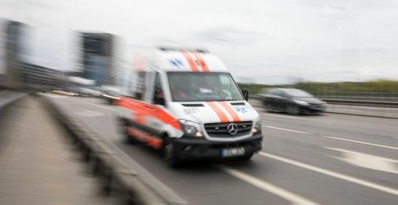 """Vilniaus rajone girto pasieniečio vairuojama """"Škoda"""" rėžėsi į VW: į ligoninę išvežti du vaikai"""