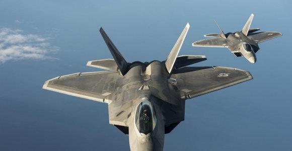 """Karinis analitikas palygino """"F-22"""", """"Su-57"""", ir """"J-20"""" karo lėktuvus"""