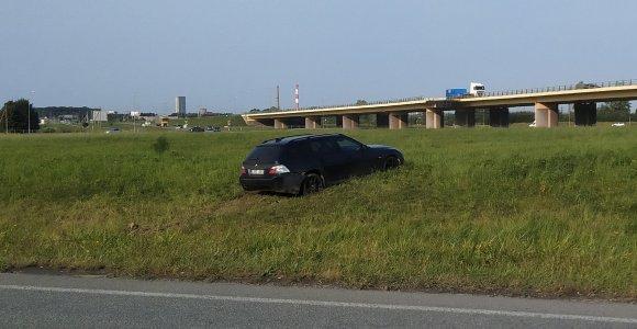 Jakų žiede neįprastas vaizdas – pievoje po nakties liko BMW