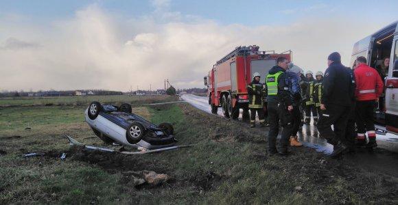 """Šilutės rajone vertėsi jaunos merginos vairuojama """"Audi"""": sužalota keleivė"""