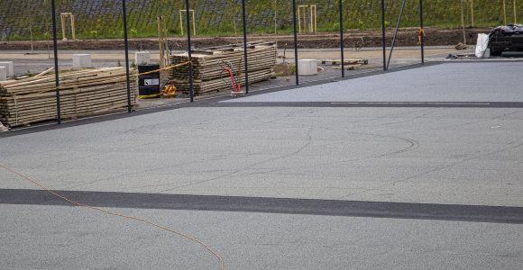 Vilniuje prie Baltojo tilto naujai įrengtą krepšinio aikštelę jau suniokojo vandalai