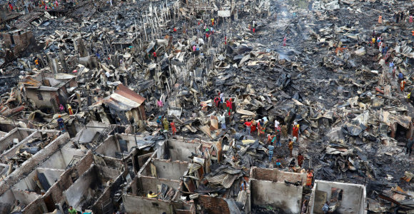Po gaisro lūšnyne Bangladešo sostinėje be pastogės liko 10 tūkst. žmonių