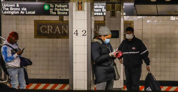 Kai negali sau leisti karantino: koronaviruso apsiaustame Niujorke yra rajonų, kur metro dar grūdamasi