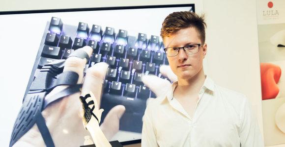 Dizaineris Simonas Milišauskas pristato amputuotų rankos pirštų protezą