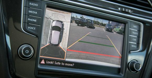 Koks dirgiklis blogina vairuotojo reakciją panašiai kaip mobilusis telefonas