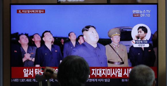 """Šiaurės Korėja vėl paleido porą """"neatpažintų sviedinių"""""""