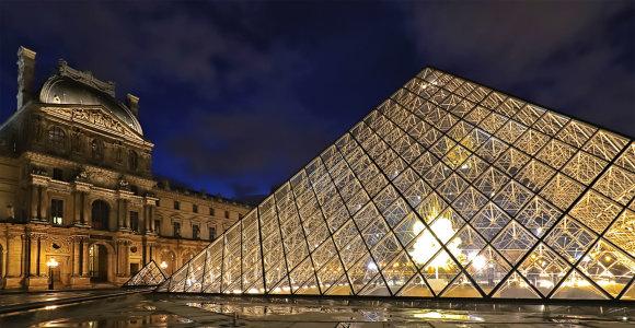 Ar Luvro piramidę išties sudaro 666 stiklinės plokštės?
