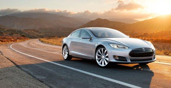 """Elonas Muskas juokiasi iš """"Porsche Taycan"""" rekordo: veža """"Tesla"""" į Niurburgringą"""