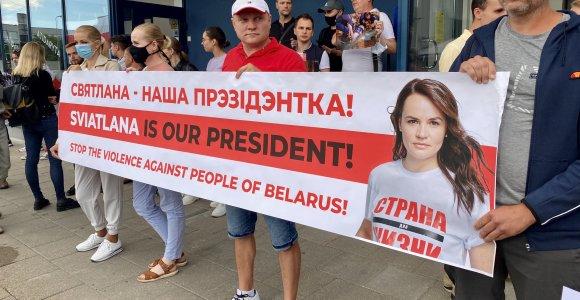 Prie ambasados Vilniuje protestavę baltarusiai: suprantame S.Cichanouskajos sprendimą išvykti