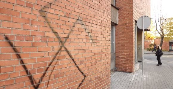 Vilniuje ant pastato sienos išpurkšta svastika, rastas, kaip manoma, savadarbis sprogmuo