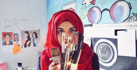 Menininkė, savo darbais garsinanti galingas Pakistano moteris