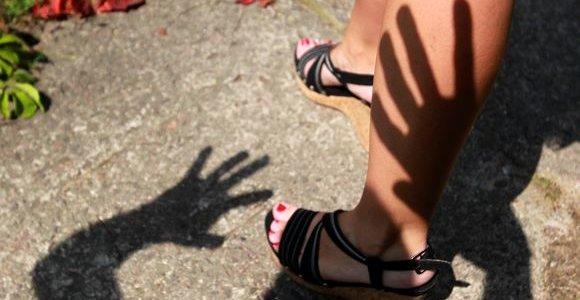 Sostinės daugiabučio laiptinėje paauglys išprievartavo bendraamžę
